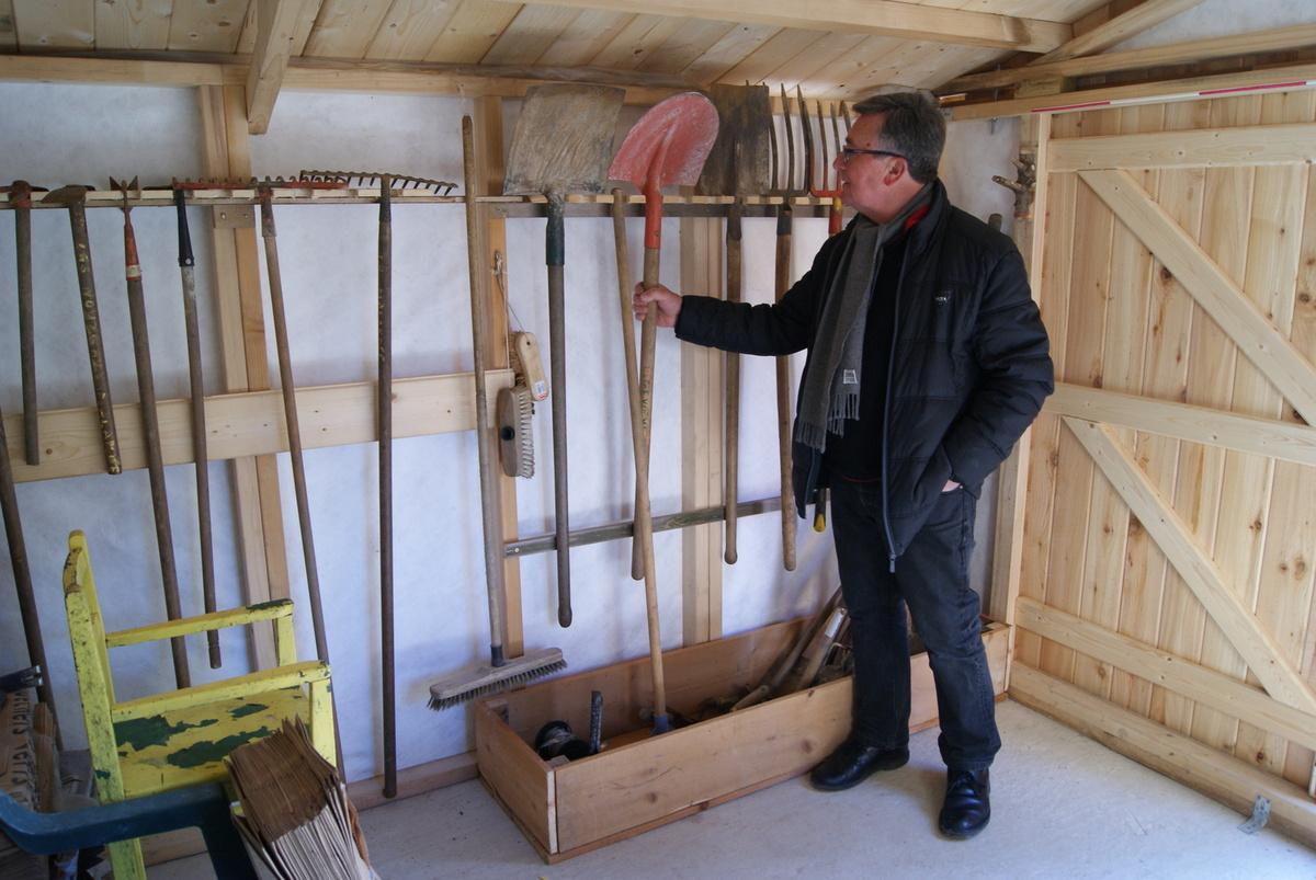 rangement outils dans la cabane jardin partag des. Black Bedroom Furniture Sets. Home Design Ideas