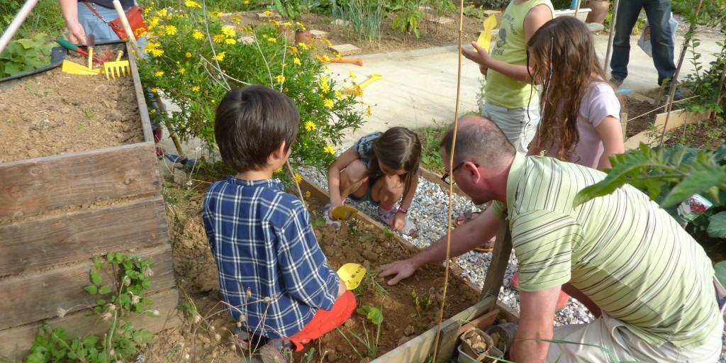Martin a organisé un atelier jardinage pour les enfants, ce dimanche 28 septembre 2014. Crédits photos : CBL
