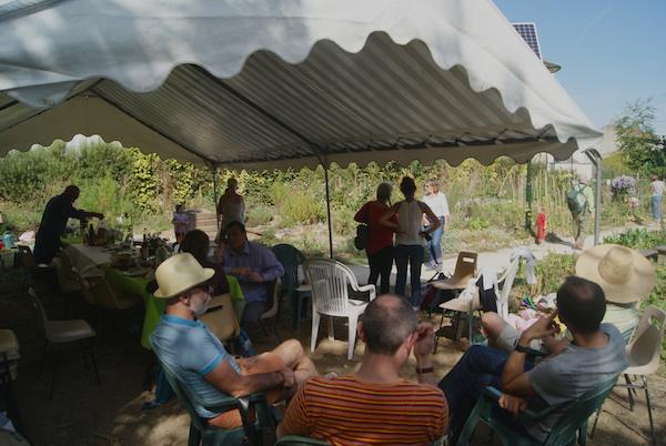 L'heure du déjeuner sous le le Barnum entre membres du jardin partagé des Nouzeaux et visiteurs. Crédits photo : Isabelle Artus