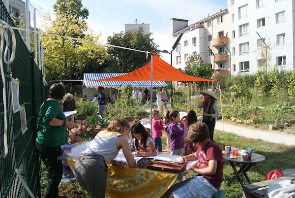 Atelier mise en couleurs du mandala au premier plan, création de mobiles au deuxième et au fond du jardin, le Barnum pour se retrouver le temps du déjeuner.  Crédits photo : Isabelle Artus