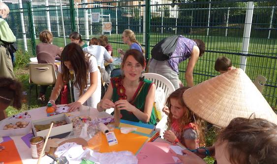 L'atelier mobile de Chantal (au centre).