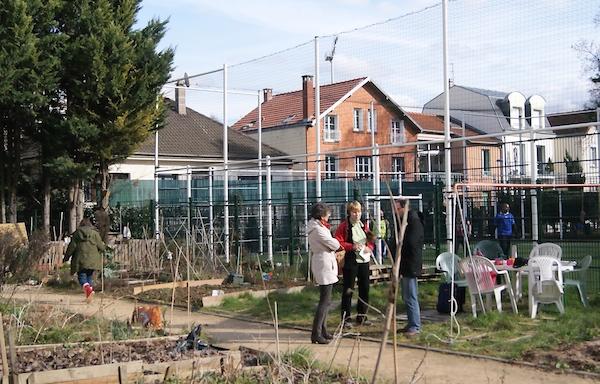 Discussion entre jardiniers un dimanche de février au jardin partagé des Nouzeaux.