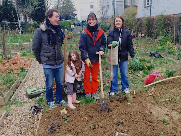 Jérôme, Maëlle, Pauline, Isabelle et Virginie (derrière l'appareil photo) en train de planter des plantes à purin entre trois gouttes. Crédits Photo : Virginie.