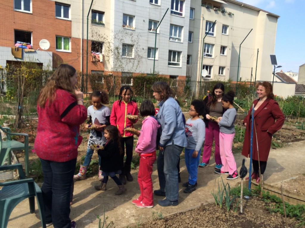 Jana, devant les enfants et leurs nids de Pâques en paille.